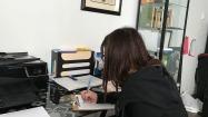 La psychologue, Anic Anderson, prend des notes après son rendez-vous avec une jeune vedette qui vit des moments difficiles.