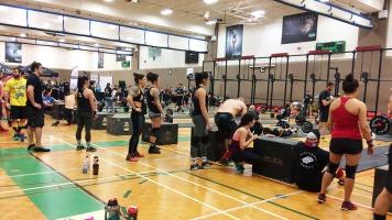 Les compétitions locales de Crossfit réunissent plusieurs athlètes de niveaux différents dans un environnement amical et stimulant.