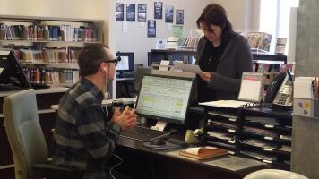 Marjolaine Bertrand et les commis de la Bibliothèque Christian-Roy sont toujours présents pour aider les usagers et discuter avec eux.