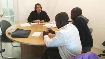 Le stagiaire en travail social au Coffret, William Léonardo Molina en intervention avec une famille de réfugiés africains.