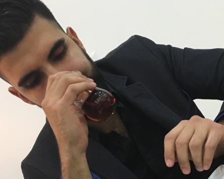 Le réfugié Burak Arbas sirote un thé turc qui lui rappel les saveurs de son pays natal.