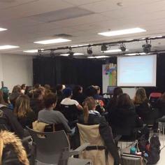 La travailleuse sociale Geneviève Labelle a donné une conférence sur l'itinérance le 6 avril dernier à l'occasion de la Semaine des éveilleurs de conscience. Photos: Laurence Ladouceur.