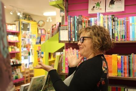 La libraire Catherine Chiasson, de la librairie Bric-à-Brac, est aussi authentique et amusante que son commerce l'est.