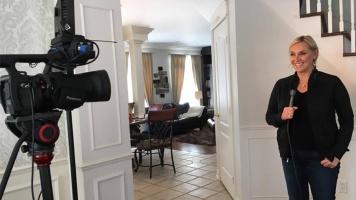 Journaliste depuis 34 ans pour RDS, Chantal Machabée se prépare pour une autre entrevue.