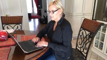 Elle regarde plusieurs fois par jour le site lnh.com pour connaître les plus récentes statistiques des joueurs.