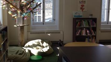La Bibliothèque Christian-Roy accueille principalement de jeunes familles se déplaçant pour vivre de beaux moments affectueux autour d'un livre.