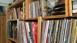 Certains ont de grandes collections de musique en format physique. Philippe Laroque possèderait environ mille vinyles et une quarantaine de CD.
