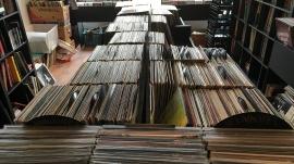 Les magasins de disques indépendants sont reconnus pour leur large sélection de vinyles.