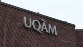 Enseigne de l'UQAM sur le bâtiment extérieur à Montréal.