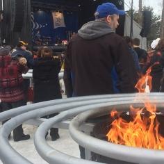 Les participants au Festival Feu et Glace ont pu assister au spectacle d'Émile Bilodeau sous une température qui n'avait rien d'hivernal lors du dernier dimanche des festivités. Photos: Jackob Savard.