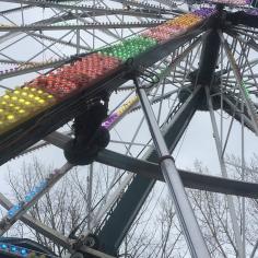 La grande roue est une des attractions populaires du festival.