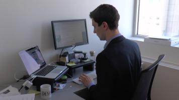 Florent Daudens travaillants à son bureau chez Le Devoir à Montréal.