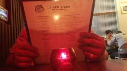 Le réfugié Hai-Au Nguyen, consulte le menu du Red Tiger pour choisir un plat typiquement vietnamien.