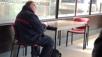 Plusieurs usagers de la bibliothèque aiment se retrouver seuls pour profiter du calme offert par ce lieu paisible.