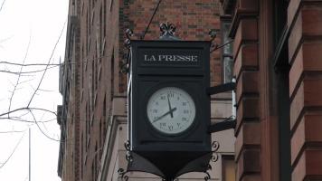 Horloge de La Presse à l'extérieur du bâtiment.