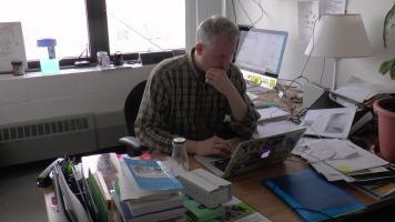 Jean-Hugues Roy travaillant à son bureau à l'UQAM.