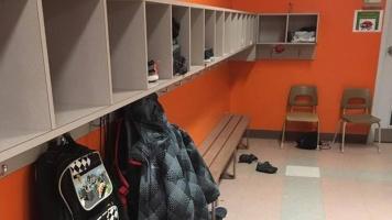 Les jeunes de l'école secondaire du Moulin, à Repentigny, ont un vestiaire ouvert afin que les éducateurs puissent les surveiller.