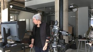 La styliste culinaire Josée Robitaille en studio pour placer la nourriture d'une série de photos.