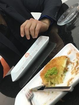 Une pâtisserie typiquement turc, le künefe est en fait trempée dans un sirop, réalisée à base de cheveux d'ange, de fromage, de beurre et de pistaches ou de noix.