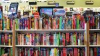 Les librairies indépendantes offrent une diversité que les magasins à grande surface et les succursales ne peuvent égaler, comme cette section de livres de voyage à la librairie Carcajou.