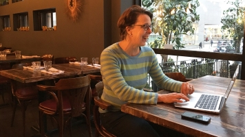 L'ancienne photographe professionnelle, Lucie Laforest, dans le petit restaurant où elle travaille. Elle se remémore son travail de photographe professionnelle en observant d'anciennes photos de bébés.