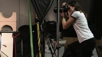 Une étudiante en photographie au Cégep du Vieux-Montréal prenant des photos pour un projet.