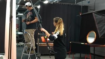 Des étudiants en photographie au Cégep du Vieux-Montréal préparant le décor pour un projet.