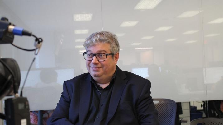 Patrick White travaillant lors d'une entrevue chez Le Huffington Post Québec à Montréal.