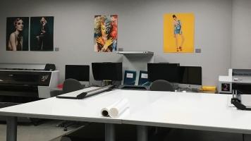 La salle d'imprimerie et d'ordinateur est disponible pour les étudiants en photographie du Cégep du Vieux Montréal.
