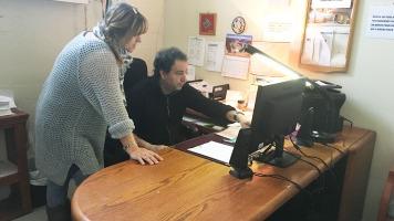 La directrice générale du Coffret, Line Chaloux et le coordonnateur des services d'installation Omar Semrouni, travaillant sur un dossier d'immigration.