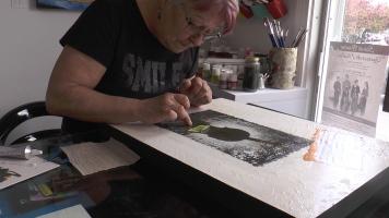 Marielle Dupuis est l'une des artistes en résidence à l'Art Atelier en face du Théâtre du Vieux Terrebonne.