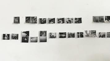 Des photographies affichées sur le mur du photodocumentariste Renaud Philippe alors qu'il essayait de leur trouver un ordre pour son livre.