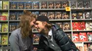 Le jeune couple, Sophie Nélisse et Maxime Gibeault s'embrasse dans un endroit public.
