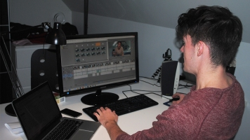 Le youtuber William Nadon travaille sur le montage d'une vidéo.