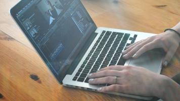La youtuber Noémie Lacerte utilise le logiciel Final Cut Pro pour monter ses vidéos.