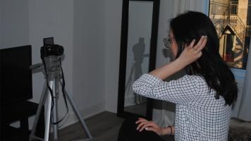 La youtuber Noémie Lacerte filme une capsule vidéo. Deux capsules vidéos peuvent prendre jusqu'à quatre heures à filmer et dix heures à monter.