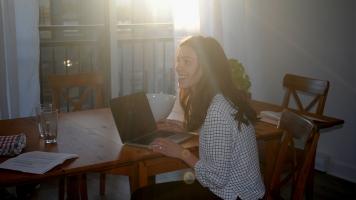La youtuber Noémie Lacerte monte l'une de ses vidéos.