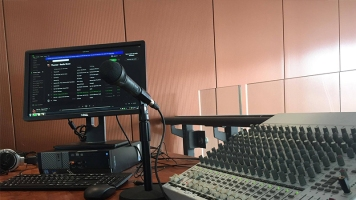 Les animateurs de la radio ont accès à de la musique en ligne pour répondre aux demandes spéciales. Photographe: Ariane Maillet.