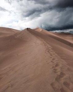 Great Sand dunes National Park, Colorado. Les nuages arrivaient plus vite qu'on le croyait, en haut, le vent était plus fort qu'on le croyait. C'était plus loin qu'on le croyait. On s'est fait mouiller, on a eu du sable dans les yeux, sur la lentille. C'était une sacré aventure et c'était plus beau qu'on le croyait.
