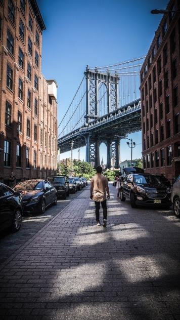 Manhattan Bridge. Vue particulièrement familière de Manhattan, achalandée de touristes venant des quatre coins du globe, mais ô combien charmante par son bruit, son odeur et sa personnalité. On aura beau dire c'qu'on voudra, expérimenter New York et son mode de vie en vaut la peine.