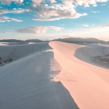 White Sands, Nouveau-Mexique. Sans doute l'un des plus beau coucher de soleil à jamais avec le sable blanc et la teinte rosée du coucher de soleil. Il y a des endroits comme celui-là qui nous transportent dans un autre monde, mais surtout qui nous incrustent des barrières. Quand j'avais vu cet endroit auparavant, je me disais que ça devait être difficile d'y accéder. Imagine-toi donc que c'était accessible en voiture et que ça m'a coûté 6$US camper là.