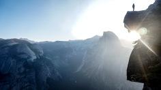 Yosemite National Park (Glacier point). Des montagnes de granite, un levé de soleil, une belle température, un gars téméraire prêt à se faire prendre en photo, qu'est-ce que tu veux de plus pour un lundi matin? Ah oui, c'est le fond d'écran du système d'exploitation d'Apple, Yosemite.
