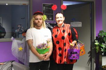 Chantale Lapointe et Dave Morgan, tous deux déguisés, prêts a distribuer des bonbons.