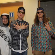 De gauche à droite, Francis Lallier, déguisé en raton-laveur, Diego Théberge, déguisé en gangster mexicain et Yoann Brien, déguisé en hippie.