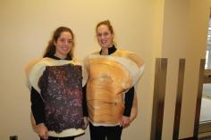 De gauche à droite, Naomie Lafond, déguisée en tranche de pain beurré de confiture et Doriane Charbonneau, déguisée en tranche de pain beurré de beurre d'arachide.