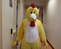 Kevin Bérard, déguisé en poulet.