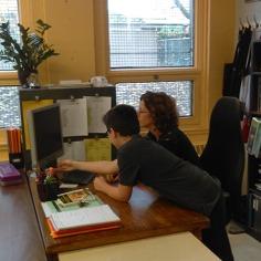 Charles Jacob-Allaire et son enseignante Diane Millaire en discussion lors d'une activité sur l'anxiété des élèves à l'approche du secondaire. Photos: Alec Brideau.