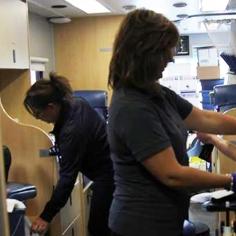 Les infirmières s'activent auprès des donneurs. (Photo: Anne-Sophie Payant)