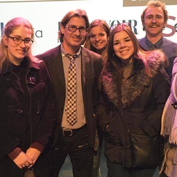 L'animateur de l'émission Infoman en compagnie d'étudiants du Cégep de Terrebonne. (Photographe : Charles Messier)