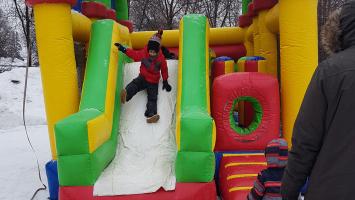 Les familles réunies au Parc des Prairies de Laval pour célébrer le Fest'hivernal ont pu profiter d'une foule d'activité gratuite et amusante, le 25 février. Des jeux pour petits et grands ont fait le bonheur de toute la famille. Photos: Amélie Roy.
